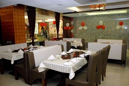 Alinea Restaurant & Banquet, Ambavadi